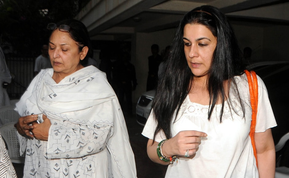 Anju Mahendroo and Amrita Singh visits Mona Kapoor's Juhu residence to offer her condolences. Raju Shelar/Firstpost