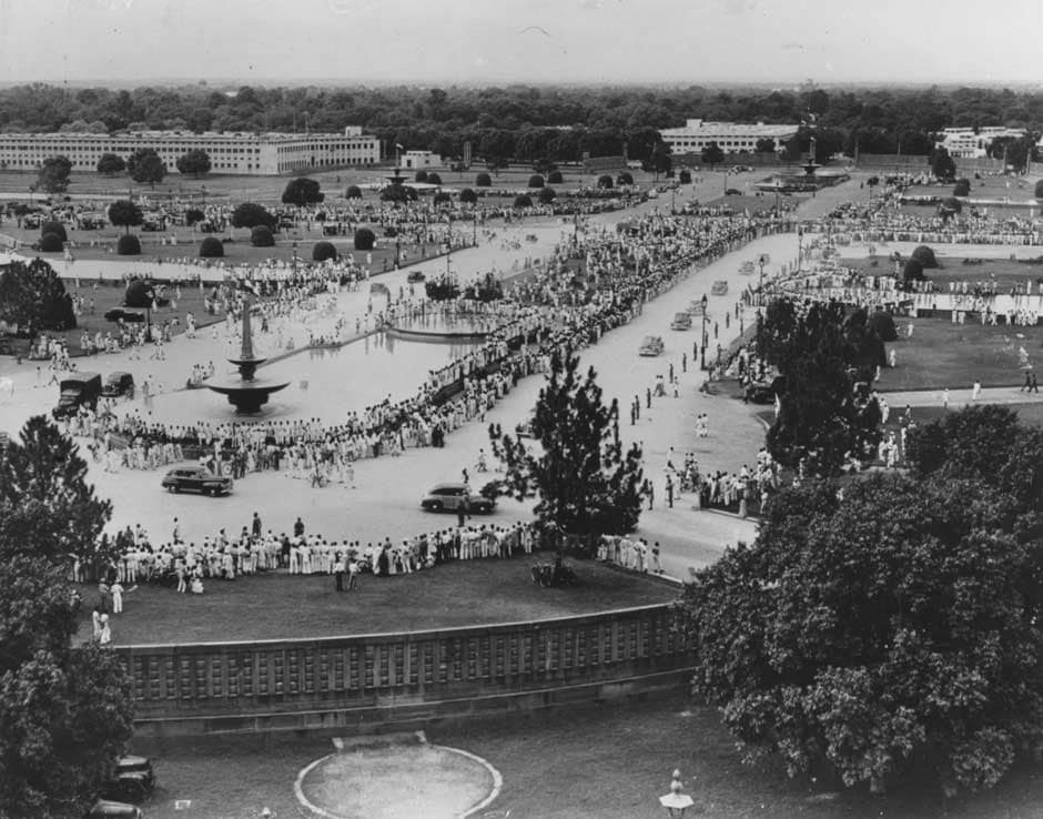 21st August 1947: Crowds at New Delhi watching a motorcade on Independence Day. Fox Photos/Getty Images