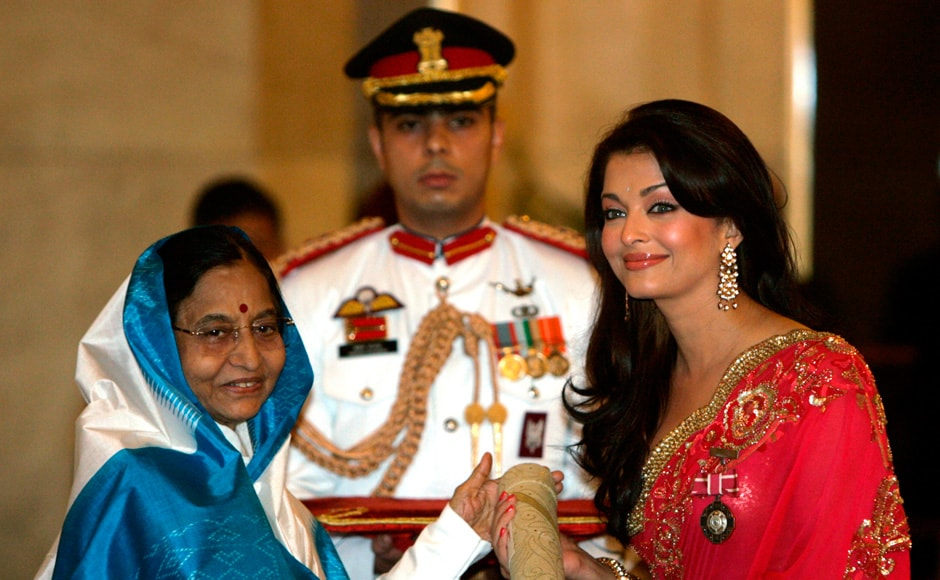 Bollywood actress Aishwarya Rai Bachchan (R) receives India's fourth highest civilian award, Padma Shri, from Indian President Pratibha Patil during an award ceremony at the presidential palace in New Delhi on 31 March 2009. Reuters