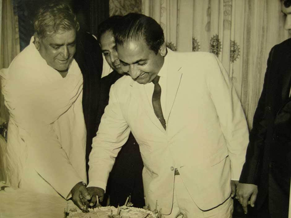 Mohd Rafi shared a great rapport with the Kapoor patriarch Prithviraj Kapoor, seen here cutting a birthday cake. Image courtsey: Yasmin Rafi.