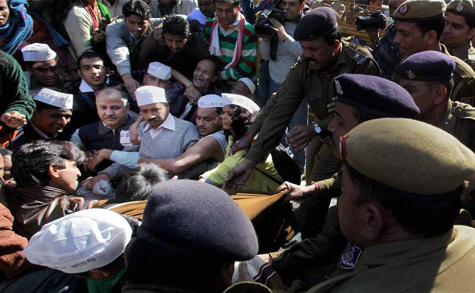 Police break up the Aam aadmi protest outside Sheila Dikshit's house: PTI