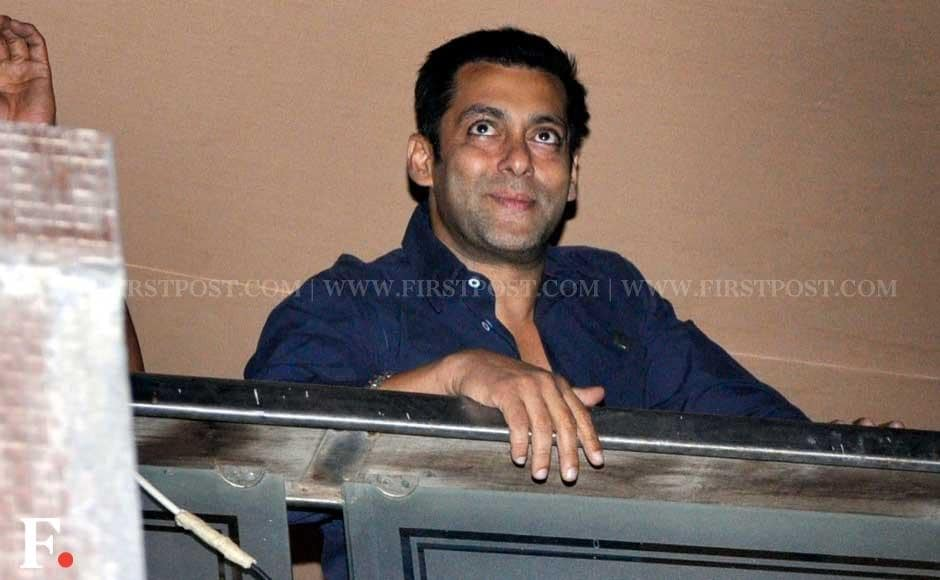 Salman Khan waves out to fans from his Galaxy Apartments home at midnight. Sachin Gokhale/Firstpost