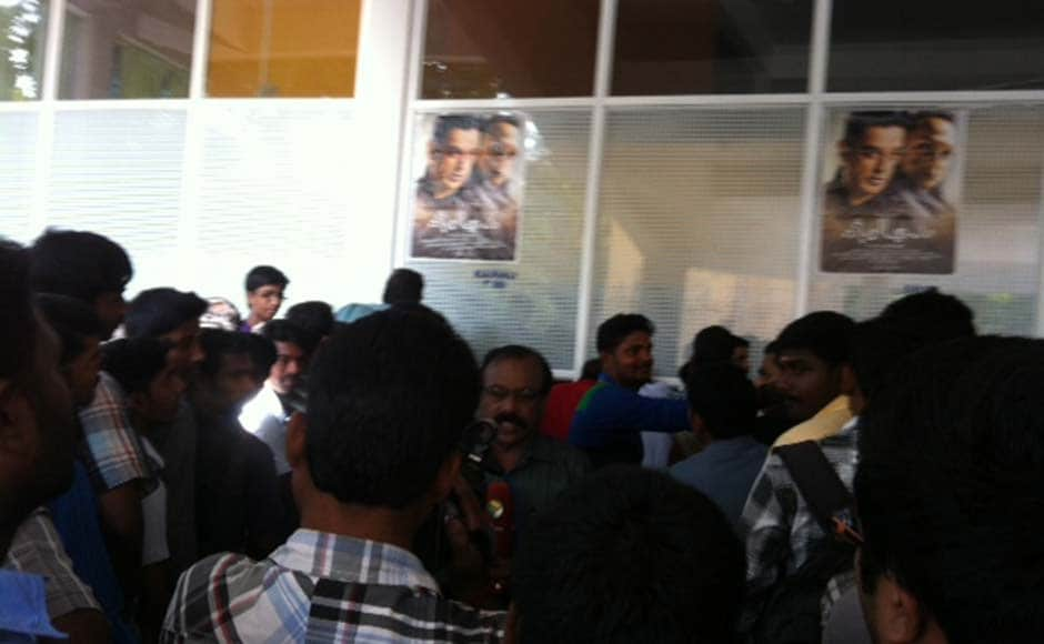 Images: Banned in TN, fans queue up in Kerala for Vishwaroopam