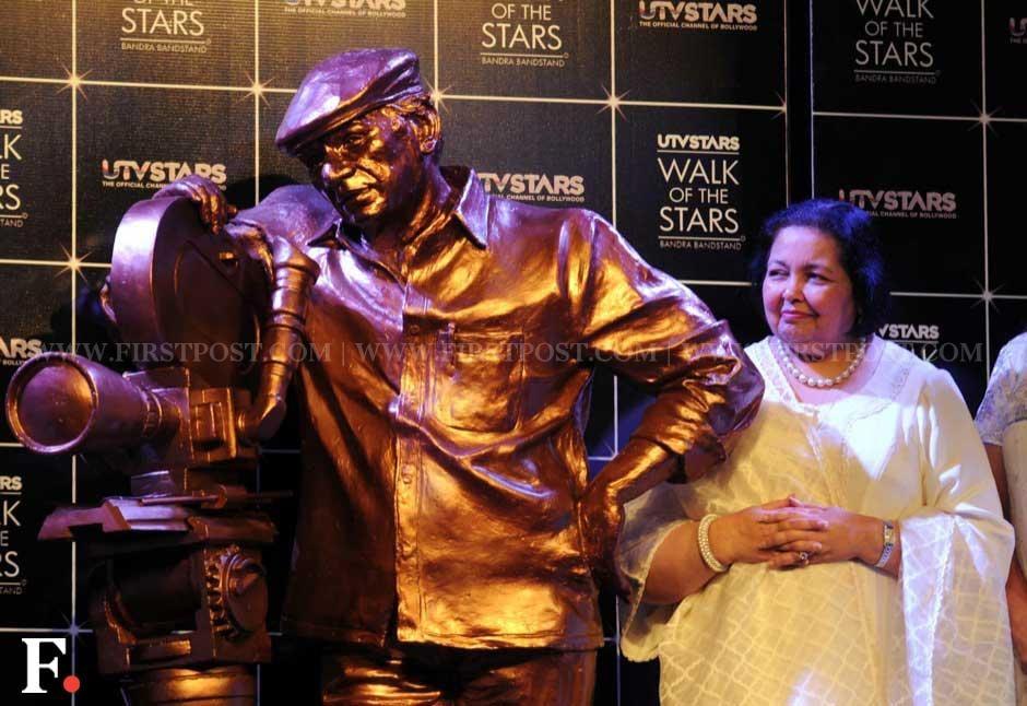 Pamela Chopra with late husband Yash Chopra's statue. Sachin Gokhale/Firstpost