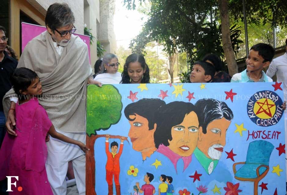 Amitabh Bachchan looks at a painting that was presented to him. Sachin Gokhale/ Firstpost