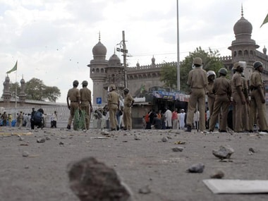Policemen stand guard at the site of a blast in front of Mecca Masjid, the main mosque in the southern Indian city of Hyderabad May 18, 2007. File image. Reuters