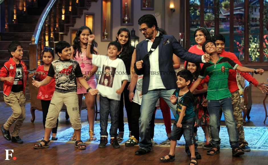 A 'Chak Dum Dum' moment as Shah Rukh Khan dances with kids on the sets of Comedy Nights With Kapil. Sachin Gokhale/Firstpost