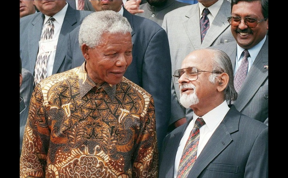 Nelson Mandela shares a light moment with former Indian Prime Minister, the Honourable Mr I K Gujral during a photo-call at Tuynhuis in Cape Town on 7 October, during the Indian Prime Minister's official visit to the country. AFP