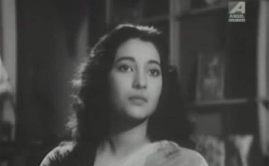 Suchitra Sen delivered a heartwarming performance in the 1959 film, Deep Jwele Jaai. Based on a Bengali short story, Nurse Mitra, the story is about a nurse (played by Sen) who is used by a progressive psychiatrist to treat his patients to treat patients suffering from emotional trauma. However, when the nurse falls in love with one of the patients, things get complicated. A screengrab of Suchitra Sen from Deep Jwele Jaai.