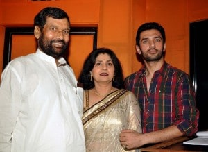 Chirag Paswan (R) poses with father Indian politician Ram Vilash Paswan (L) and mother (C). AFP