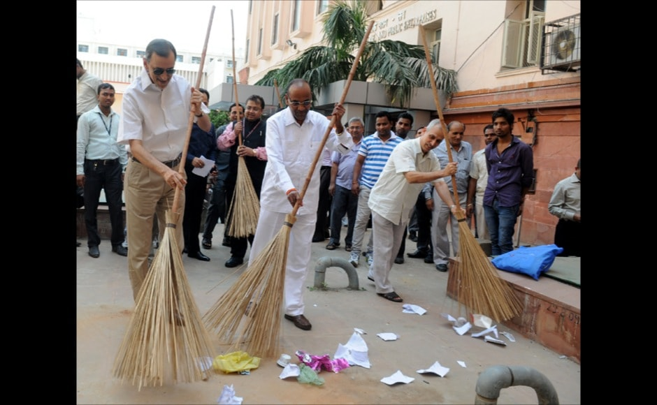 The Union Minister for Heavy Industries and Public Enterprises, Shri Anant Geete launching cleanliness drive, during the Swachh Bharat Mission, at Department of Heavy Industries, Udyog Bhawan, in New Delhi on October 01, 2014.