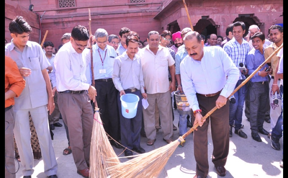The Minister of State for Science & Technology (I/C), Earth Sciences (I/C), Prime Minister Office, Personnel, Public Grievances & Pensions, Deptt. of Atomic Energy and Deptt. of Space, Dr. Jitendra Singh along with officials of the Ministry of Personnel participating in the 'Swachh Bharat, Swastha Bharat Abhiyan' (Clean India for Healthy India drive), in the North Block premises, in New Delhi on September 29, 2014.