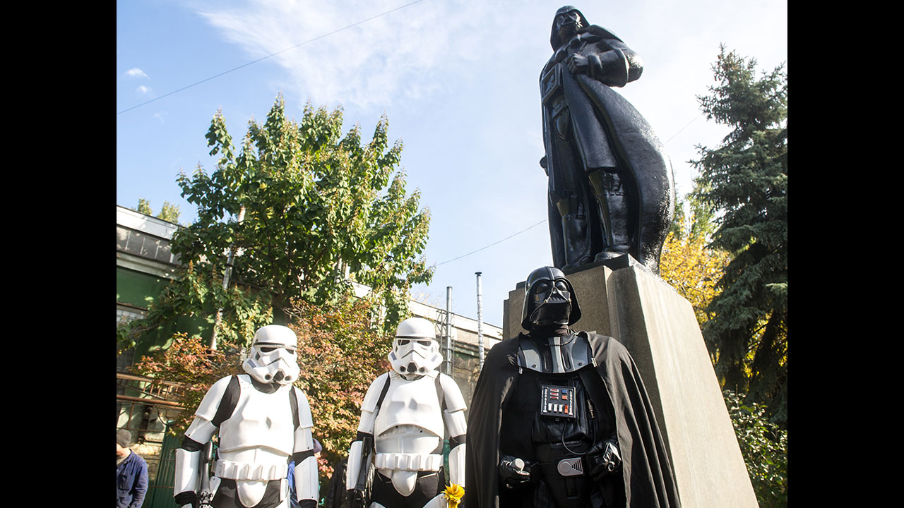 The irony is strong with this one: Ukrainians transform famed Lenin statue into Darth Vader