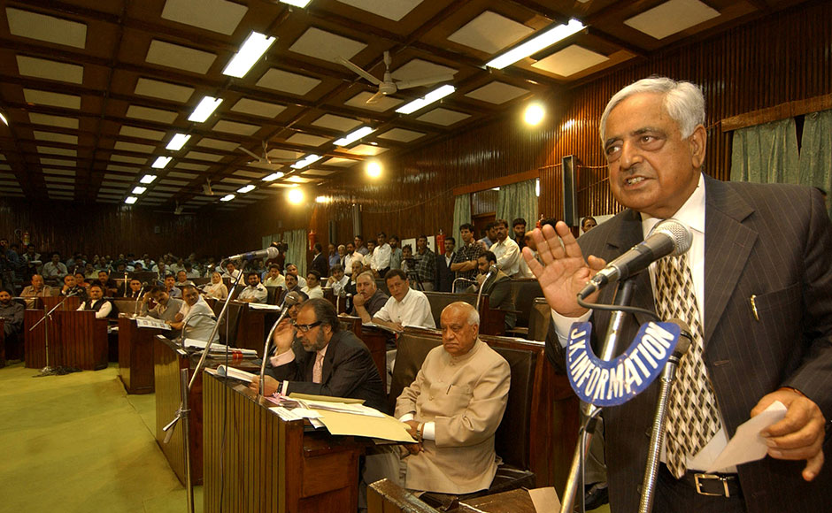 Chief Minister of India's northern state of Jammu and Kashmir, Mufti Mohammad Sayeed (R) delivers a speech at the State Legislature Complex in Srinagar, 27 September 2005. Indian-administered Kashmir's lawmakers called for an end to human rights violations by Indian troops amid suggestions by the region's leader that police take over counter-insurgency duties from the army. The issue of human rights violations was debated thoroughly by Kashmiri legislators in the state assembly. AFP.