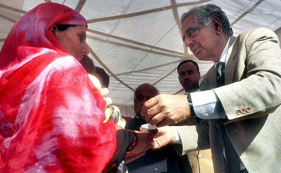 Kashmir Chief Minister Mufti Mohammad Sayeed (R) mets a Kashmiri widow (L) in Udhampur district, 30 November 2002. Continuing with his mission of providing a healing touch to militancy victims in Jammu and Kashmir, Mufti Mohammad Sayeed distributed appointment orders to the kin of 45 people who had fallen victim to militancy in Udhampur district. AFP