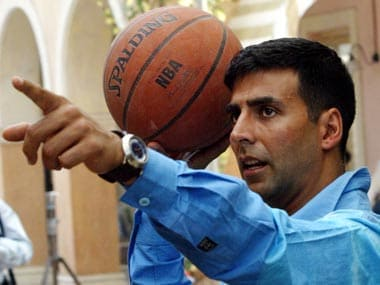 """Bollywood star Akshay Kumar plays basketball as part of a shot during the making of Bollywood movie """"Mujhse Shaadi Karogi"""" (Will you marry me?), in Bombay December 2, 2003. """"Mujhse Shaadi Karogi"""" is a comedy love story and is scheduled for release in April 2004. REUTERS/Sherwin Crasto SC/CP"""