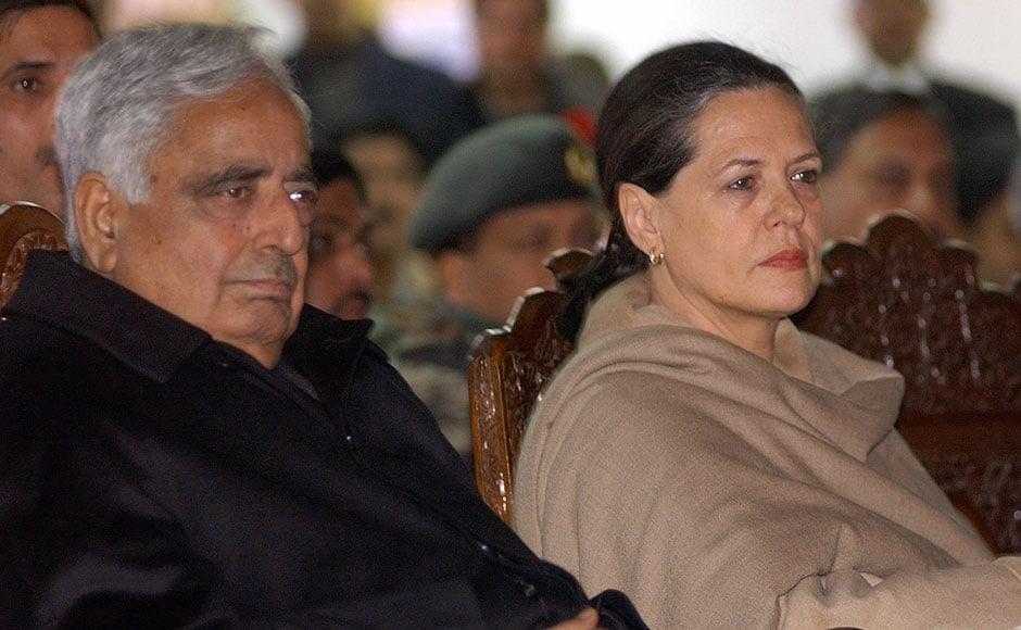 Mufti Mohammad Sayeed (L) sits with Congress party leader Sonia Gandhi after the latter arrived at Srinagar on 23 Feburary 2005 to visit the areas affected by devastating snowfall. Army and civilian rescuers braved icy conditions and harsh Himalayan winds to search for survivors as the death toll crossed 200, officials said. AFP