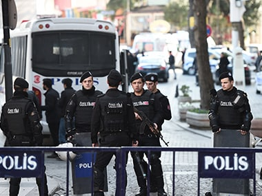 Turkish police cordon off the Blue Mosque area on January 12, 2016 after a blast in Istanbul's tourist hub of Sultanahmet left 10 people dead. AFP