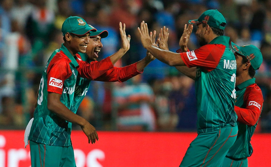 Cricket - India v Bangladesh - World Twenty20 cricket tournament - Bengaluru, India, 23/03/2016. Bangladesh's players celebrate the dismissal of India's Hardik Pandya. REUTERS/Danish Siddiqui - RTSBX2T