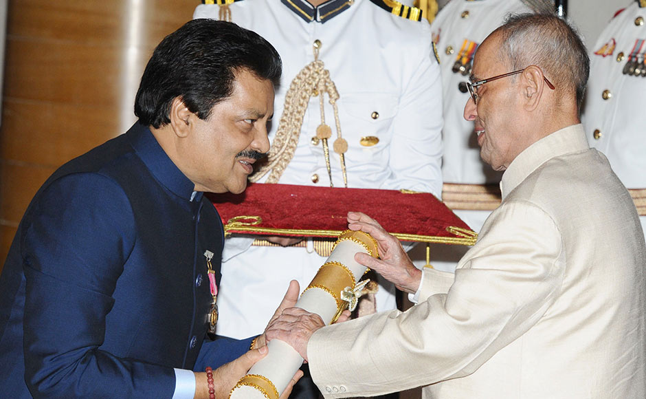 """Bollywood singer Udit Narayan was awarded the Padma Bhushan for his contribution to the world of music. On receiving the award, the singer, who has composedhits like """"Pardesi pardesi"""", """"Taal se taal mila"""" and """"Pehla Nasha"""" touched the President's feet. Image courtesy: PIB"""