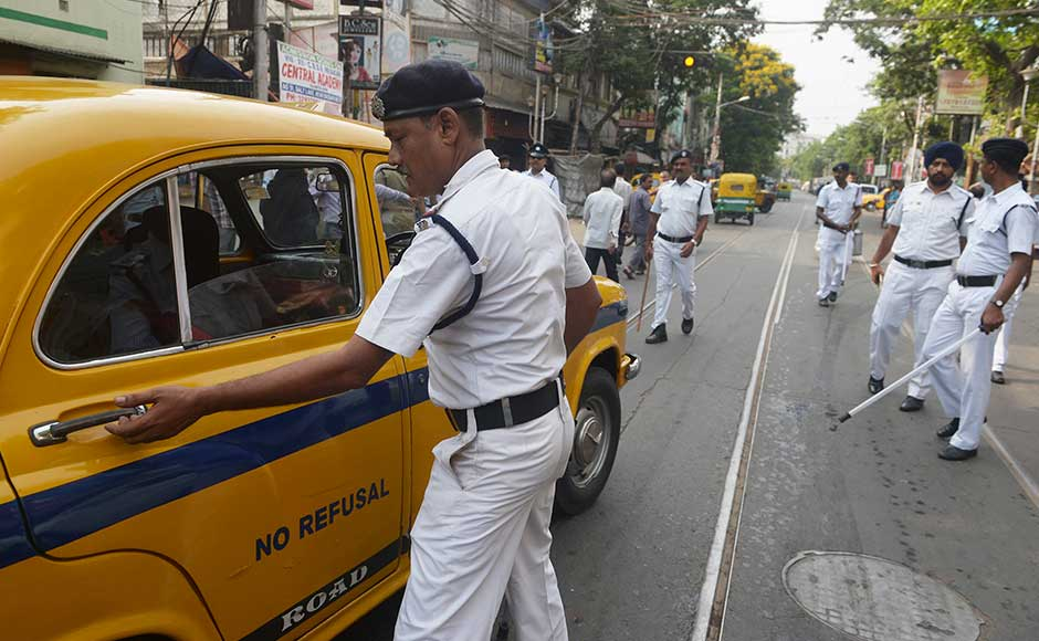 "<span style=""font-size: 16px; line-height: 1.5;"">Kolkata police check a taxi next to a polling station on Thursday. Incidents of violence were reported in parts of Murshidabad, Nadia, Kolkata and Burdwan districts. AFP</span>"