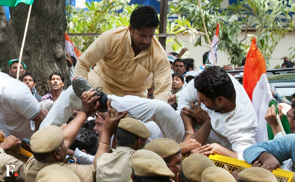 Congress protesters break the police barricade to court arrest during the 'Loktantra Bachao March'. Naresh Sharma/Firstpost