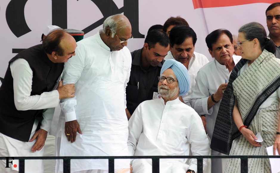 (L) Congress leader in Rajya Sabha Ghulam Nabi Azad, Congress leader in Lok Sabha Mallikarjun Kharge, former prime minister Manmohan Singh and Congress president Sonia Gandhi were present at the rally. Also seen are Congress leaders Ahmed Patel and Shakeel Ahmad are also seen. Naresh Sharma/Firstpost