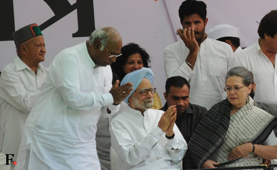 Former prime minister Manmohan Singh, Congress president Sonia Gandhi and Congress leader in Lok Sabha Mallikarjun Kharge are engaged in a discussion at the rally. Also seen in the background is Himachal Pradesh Chief Minister Virbhadra Singh. Naresh Sharma/Firstpost