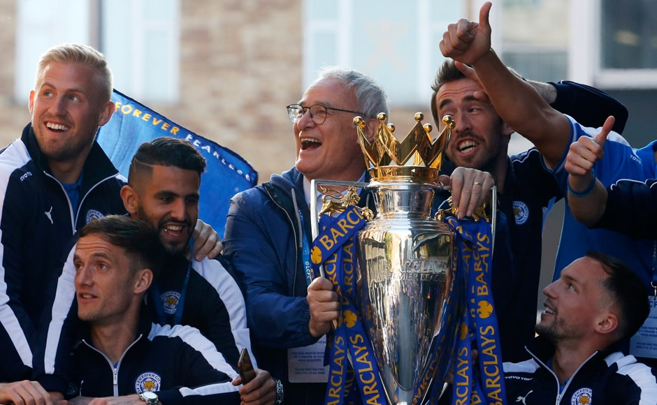 Leicester City manager Claudio Ranieri, Kasper Schmeichel, Riyad Mahrez, Andy King, Christian Fuchs and Danny Drinkwater with the trophy. Reuters / Phil Noble Livepic