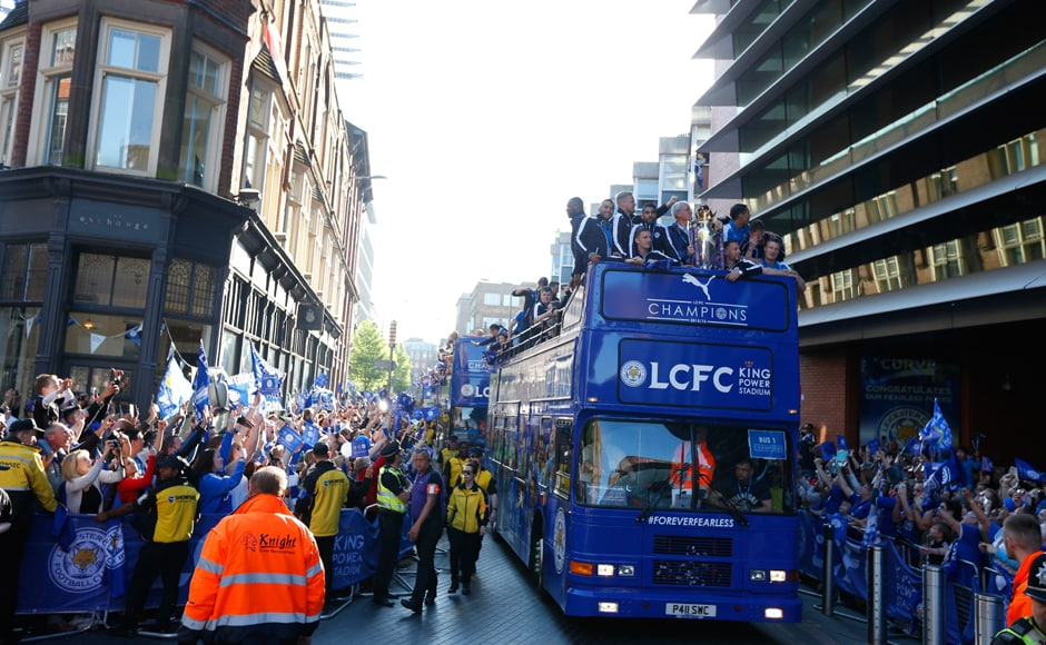 Amazing scenes in Leicester as the bus with the trophy passes during the parade. Reuters / Phil Noble Livepic