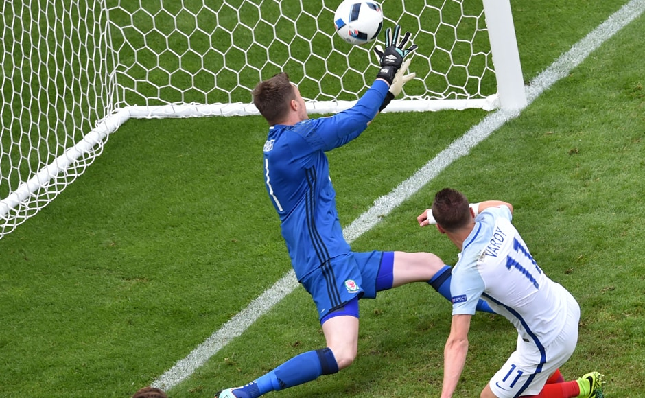England's forward Jamie Vardy scores the 1-1 against Wales' goalkeeper Wayne Hennessey during the Euro 2016 group B match. AFP