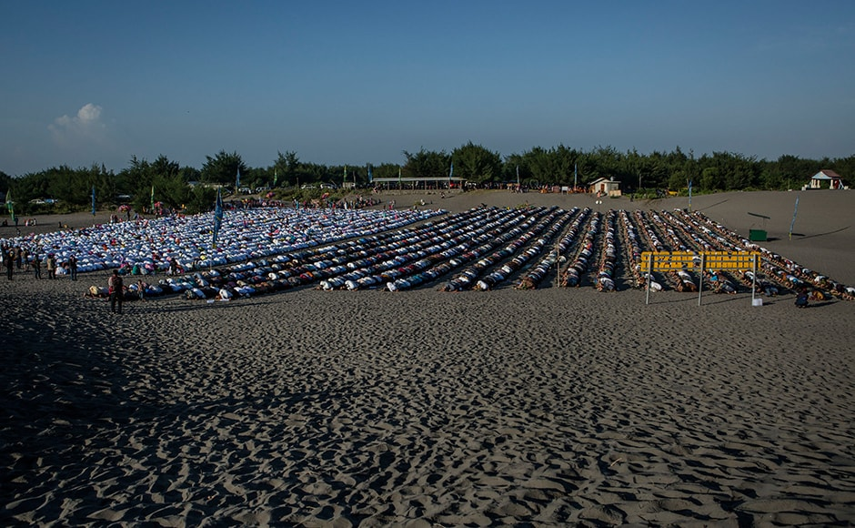 Muslims in Indonesia perform Eid Al-Fitr prayer on 'sea of sands' at Parangkusumo beach in Yogyakarta, Indonesia. The authorities went on alert a day before Eid, amid fears IS-linked militants could launch fresh attacks. Getty images.