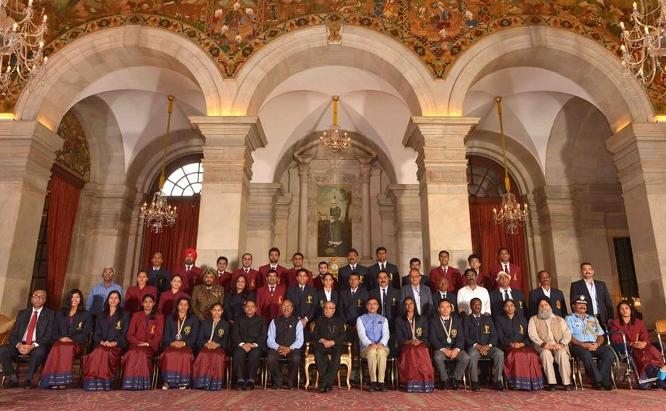 Khel Ratna, Arjuna and Dronacharya awardees pose with President Pranab Mukherjee. Image Courtesy: PIB_India Twitter