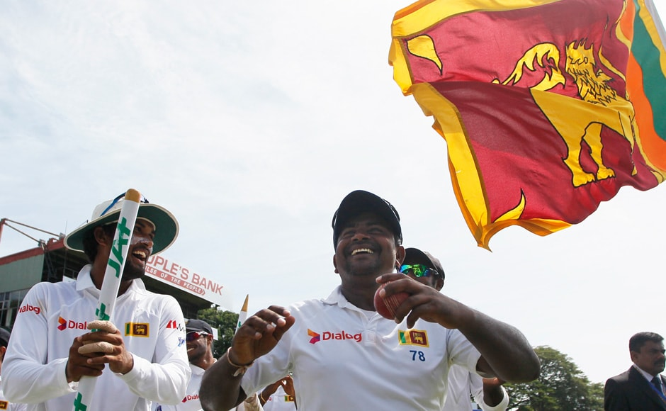 Sri Lankan bowler Rangana Herath, right, acknowledges as the crowd cheered him. Herath claimed 7 wickets in Australia's second innings of the third test match taking his series scalps to 28. (Photo courtesy: AP)