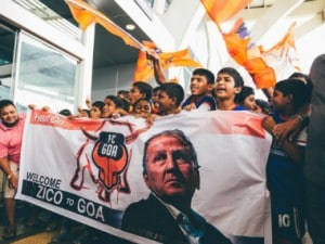 FC Goa supporters show their respect for coach Zico. Image courtesy: Twitter/@FCGoaOfficial