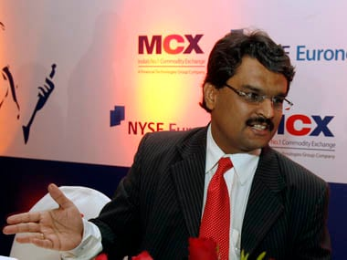 India's Multi Commodity Exchange (MCX) Managing Director Jignesh Shah (L) speaks with New York Stock Exchange (NYSE) Euronext President Catherine Kinney during a news conference in Mumbai February 15, 2008. NYSE Euronext, the parent of New York Stock Exchange, has agreed to buy a 5 percent holding in India's largest commodity bourse for $55 million, aiming to diversify and get a slice of the commodities boom in India. REUTERS/Punit Paranjpe (INDIA)