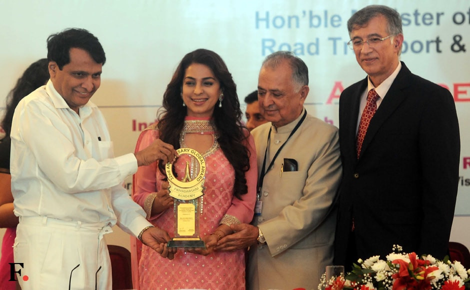 Juhi Chawla receives award from Suresh Prabhu, Union Railway Minister in the presence of Nanik Rupani, Chairman, Priyadarshni Academy and Niranjan Hiranandani, MD, Hiranandani Group, during the Priyadarshni Academy's 32nd Anniversary Global Awards function in Mumbai. Sachin Gokhale/Firstpost