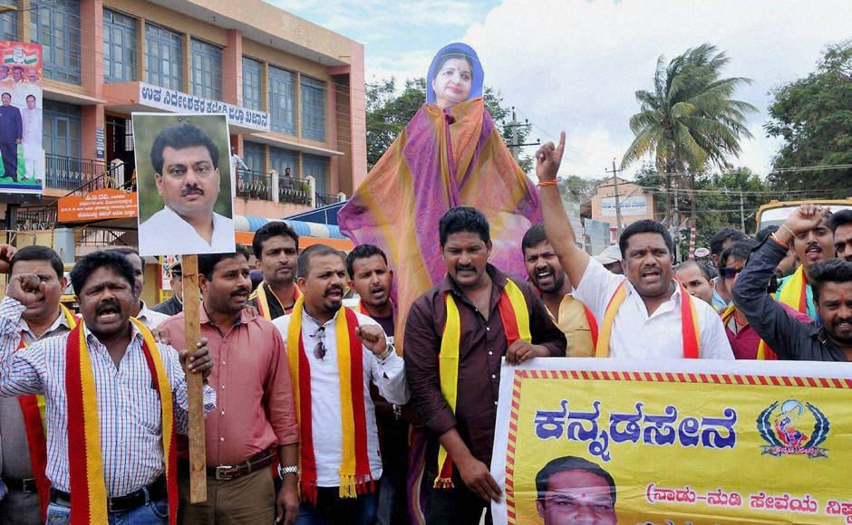 Pro-Kannada outfits blocked Bengaluru-Mysuru Highway to protest against the Supreme Court's directive to the state to release Cauvery water to Tamil Nadu. Photo: PTI