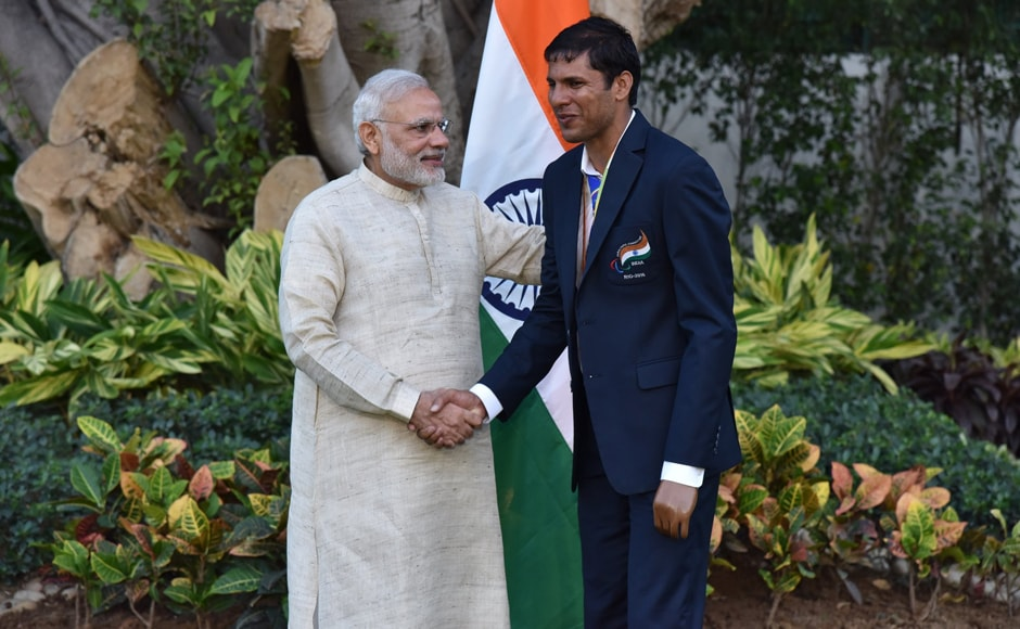 India's most successful medallist Devendra Jhajharia is congratulated by PM Narendra Modi. Image courtesy: Twitter/@narendramodi