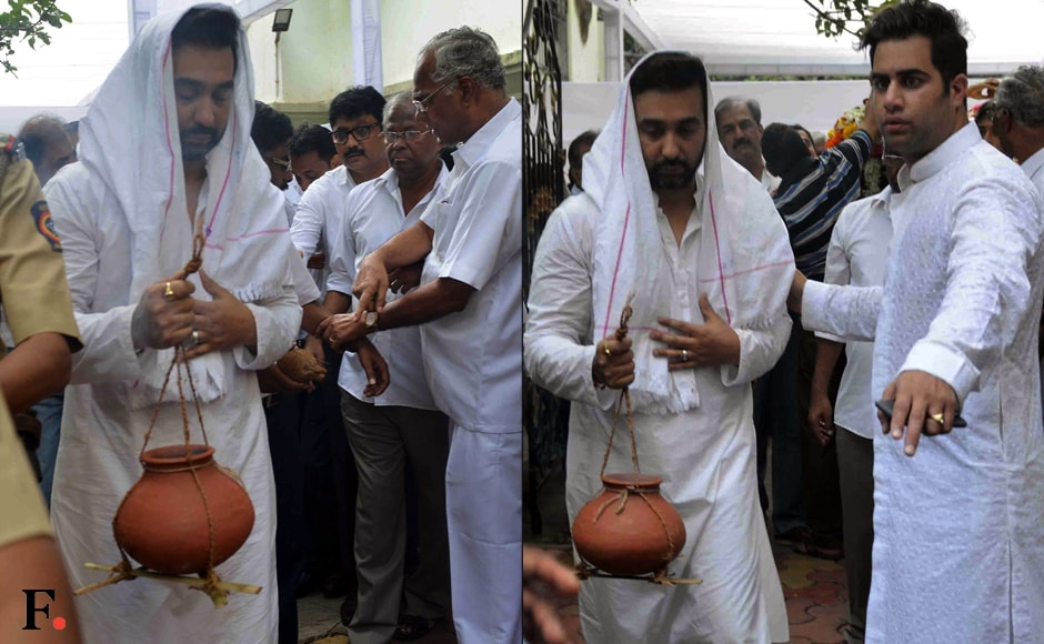Raj Kundra performs the last rites for his father-in-law Surendra Shetty. Image by Sachin Gokhale/Firstpost