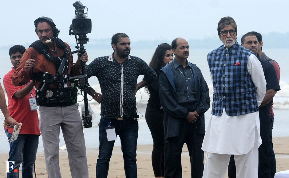 Bachchan, who is the brand ambassador for the SBA, is fronting a new campaign against open defecation. At the beach, he kickstarted a cleanliness drive. Image by Sachin Gokhale/Firstpost