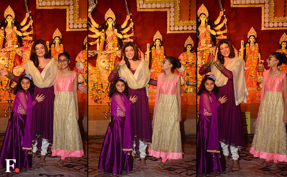 Sushmita and daughters pose for shutterbugs. Firstpost/Sachin Gokhale