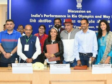 Vijay Goel with other Indian sportspersons and coaches at the round table discussion. Image courtesy: Twitter/@VijayGoelBJP
