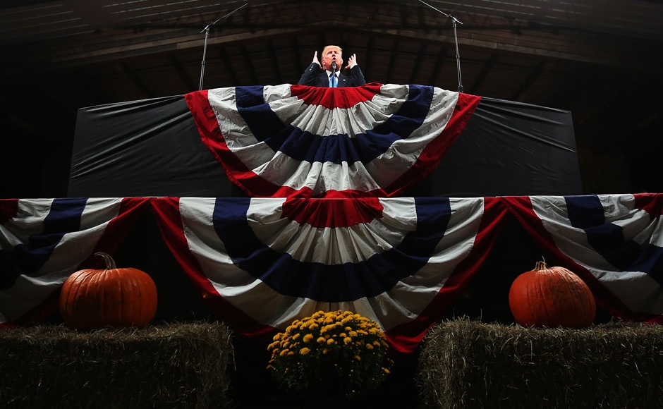 Republican presidential nominee Donald Trump attends a campaign event in Selma, North Carolina, U.S. November 3, 2016. REUTERS/Carlo Allegri