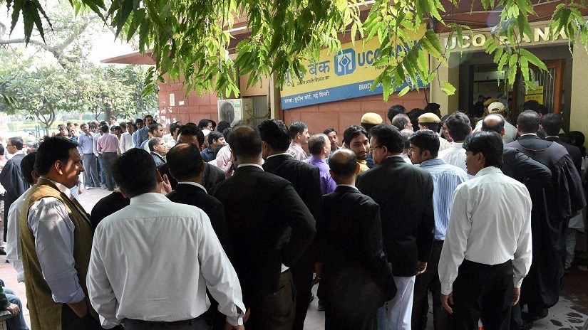 New Delhi: People queue up outside a Bank of India branch to exchange their old Rs 500 and 1000 notes at Supreme Court in New Delhi on Friday. PTI Photo by Atul Yadav (PTI11_11_2016_000224B)