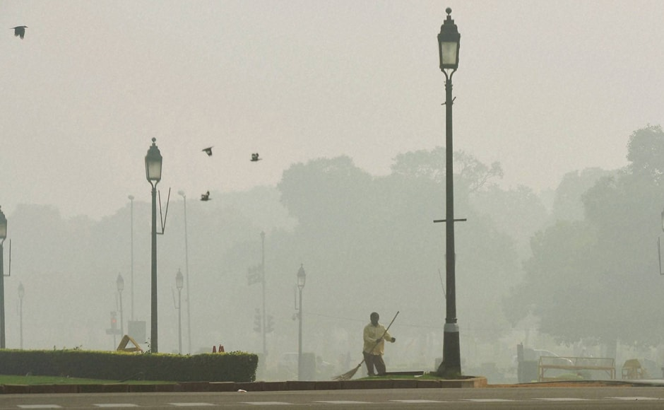 The hazardous smog, worst in 17 years, which has kept the national capital shrouded since Diwali on Friday lingered on, as the overall air quality oscillated between 'severe' and 'very poor' categories. (Photo: PTI)