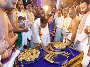 K Chandrasekhar Rao's donation at Tirupati. Twitter/@tweetsakshi