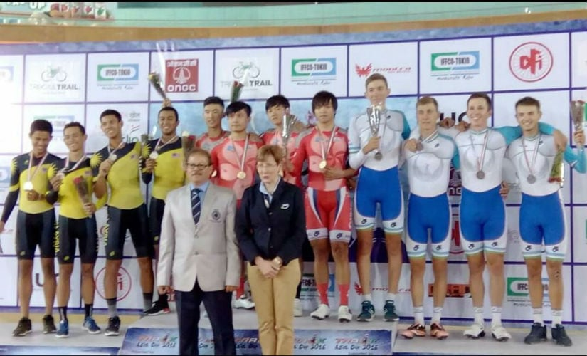 Maxwell Trevor with Karen O' Callaghan, the Chief Commissaire of the 2016 Asian Cycling Championships in New Delhi with the winners. Image courtesy: Maxwell Trevor