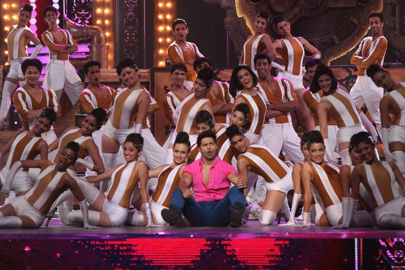 Varun Dhawan gives a power- packed performance at Zee Cine Awards 2017