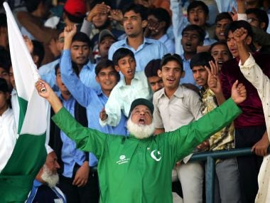 """Pakistan's official cricket cheerleader Abdul Jalil, also known as """"Chacha Pakistani"""" (Uncle Pakistani), shouts to his team from the stands on the fourth day of the first test cricket match against England in Multan, Pakistan November 15, 2005. Jalil has travelled around the world as the cheerleader of the team and is now paid by the Pakistan Cricket Board to rouse the supporters. To match feature Sport-Cricket-Cheerleader REUTERS/Mike Finn-Kelcey - RTR19F1M"""